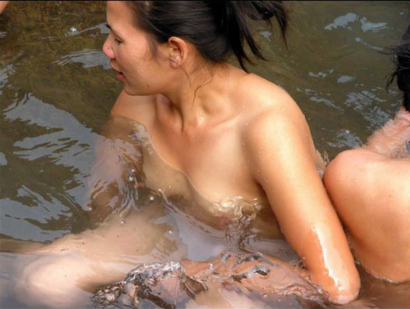 The girls are taking a bath nude in Tu Le lake
