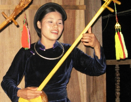 Tay women's playing Tinh musical instrument- From: vietbao.vn