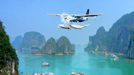 A Hai Au seaplane takes a tour around majestic Ha Long Bay. (Photo: VNA)